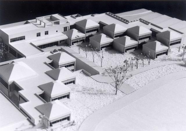 模型写真4・雁行する教室群..鳥瞰北西|建築模型写真作品集|地域社会と子供社会形成の小学校